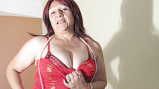 Mature Romina loves to play with a big dildo